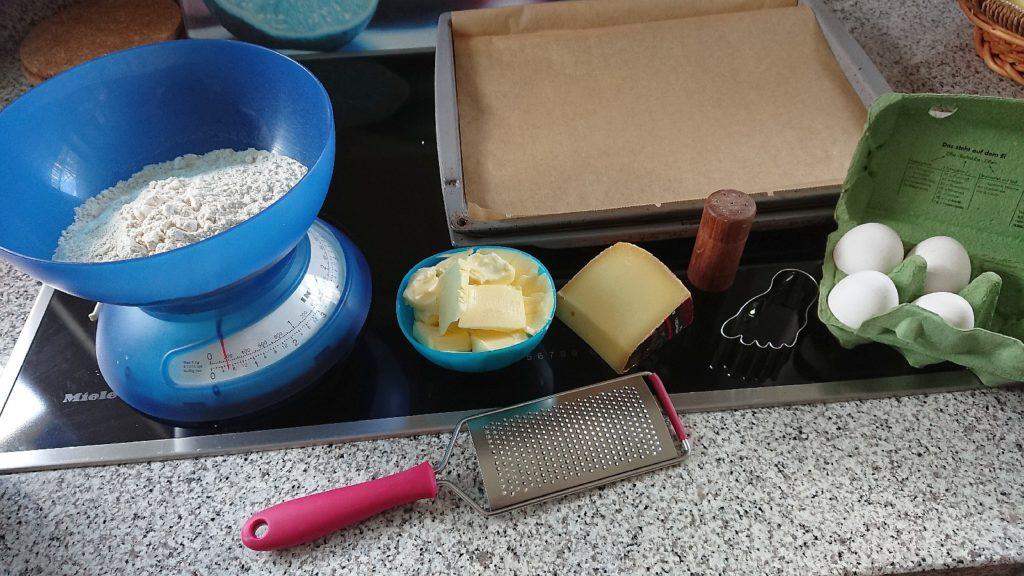 Die Zutaten: Mehl, Butter, Käse, etwas Salz und 4 Eier